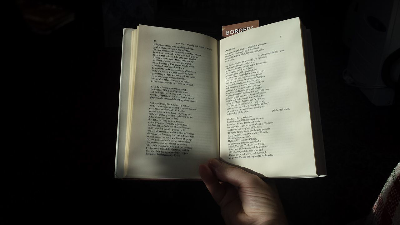 Human Hand Close-up Black Background One Person Books ♥ Reading A Book Reading Homer Homer❤️ Iliad Borders Bookshop Robert Fitzgerald Iliad Book 2 Catalogue Of Ships Sunlight And Shadow Autumn Afternoon Reading At Home Samsung Galaxy S4 Trojan War
