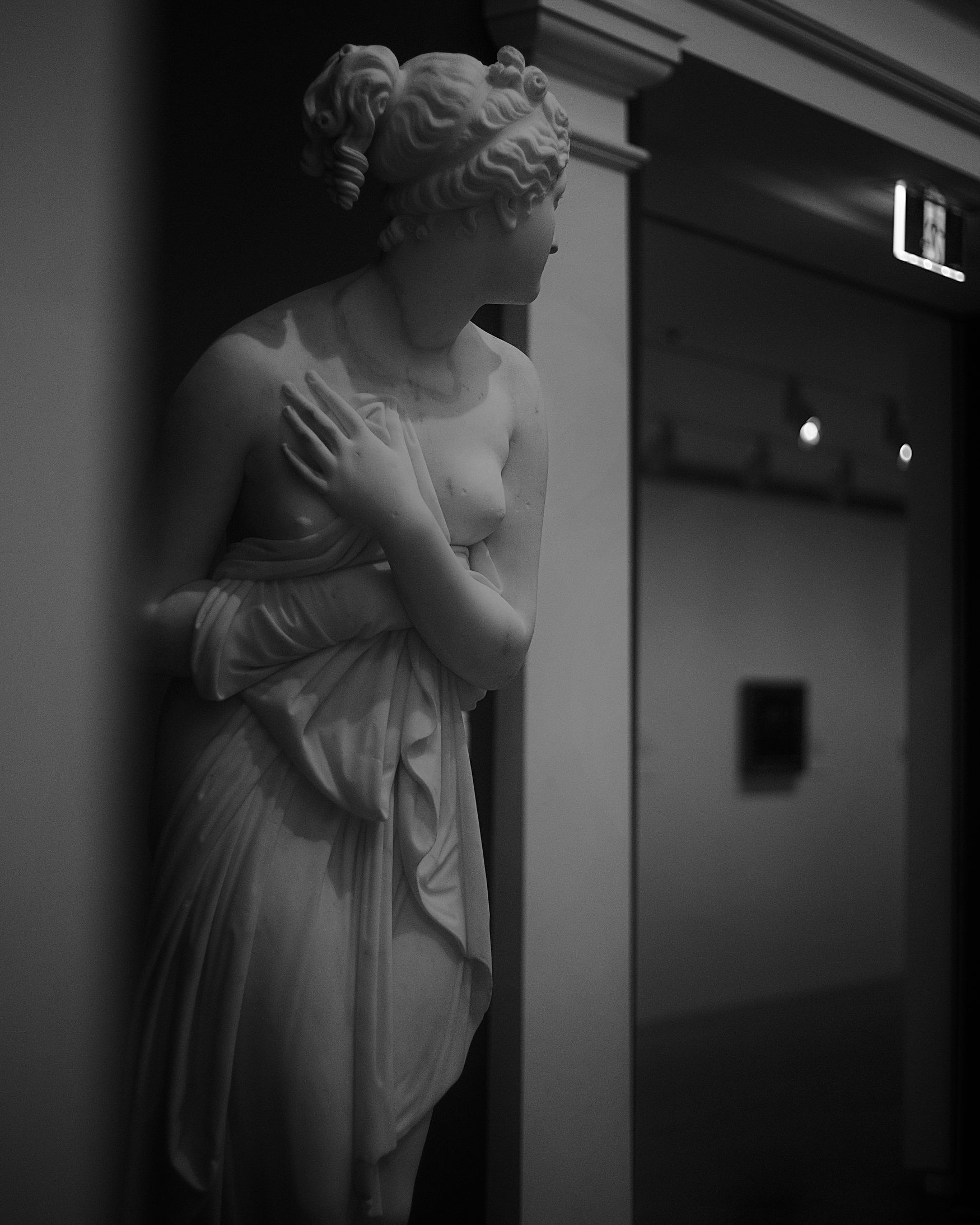 Human Hand Indoors  Lifestyles Check This Out Focus On Shadow Monochrome Photography ArtWork Inspired Close-up City Life Old-fashioned Solitude Impression TakeoverContrast Young Women Statue Colection Vanus Galary Arts