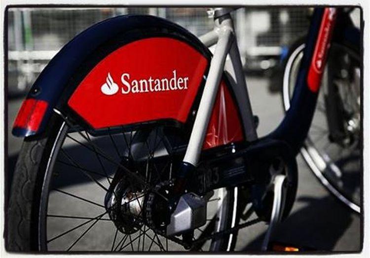 聖誕節當天全倫敦交通都停擺, 該怎麼好好移動呢? Santander Cycles, Transport for London, 倫敦版Youbike, 大致上就跟在臺北一樣, 在這邊我們只要拿自己的Credit/Debit卡給機臺驗證就可以租用了,以倫敦的price level來說真的不貴。 它有700多個站點, 有了它真的超方便! 只是要習慣的是倫敦的交通方向,畢竟我首次來到右駕左行的國家, 得小心不能出車禍呢! 今天也在路上遇到了好幾組同為背包客的旅人,大家聊的很開心,同時也互相交換了一些資訊,你幫我,我幫你,旅行原來就是這麼的有意思! Santandercycles Publicbike Christmasinlondon Backpackers Travel £2 期待今晚的international dinner