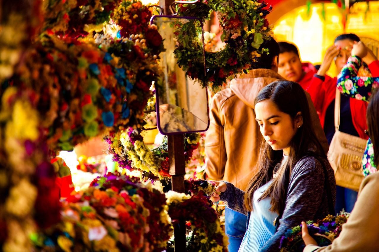 Women Multi Colored Street Market Illuminated Flores Colores Y Texturas Sobreexpuesta Mercado Chica EyeEmNewHere Women Around The World