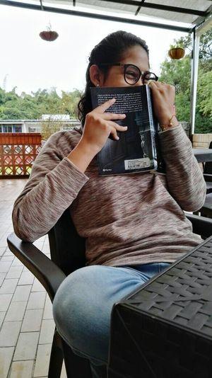 Un buen Libro La Noche En La Que Frankestein Leyó El Quijote) Un buen día en U-Café. Ah! Y ganas de una foto. Glasses Girl Book Funny Women Around The World