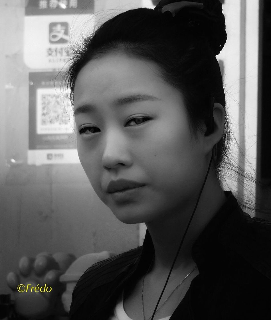 Le regard Girl Close-up Young Women One Person EyeEm Best Shots BEIJING北京CHINA中国BEAUTY Street Photos😄📷🏫⛪🚒🚐🚲⚠ Eyeemphotography Women Faces Of EyeEm Faces Of The World Portrait Photography Portrait Faces Of Eyem Young Woman Looking At Camera Eyem Gallery Street Photooftheday Front View Street Photo Real People Photography Photo Of The Day