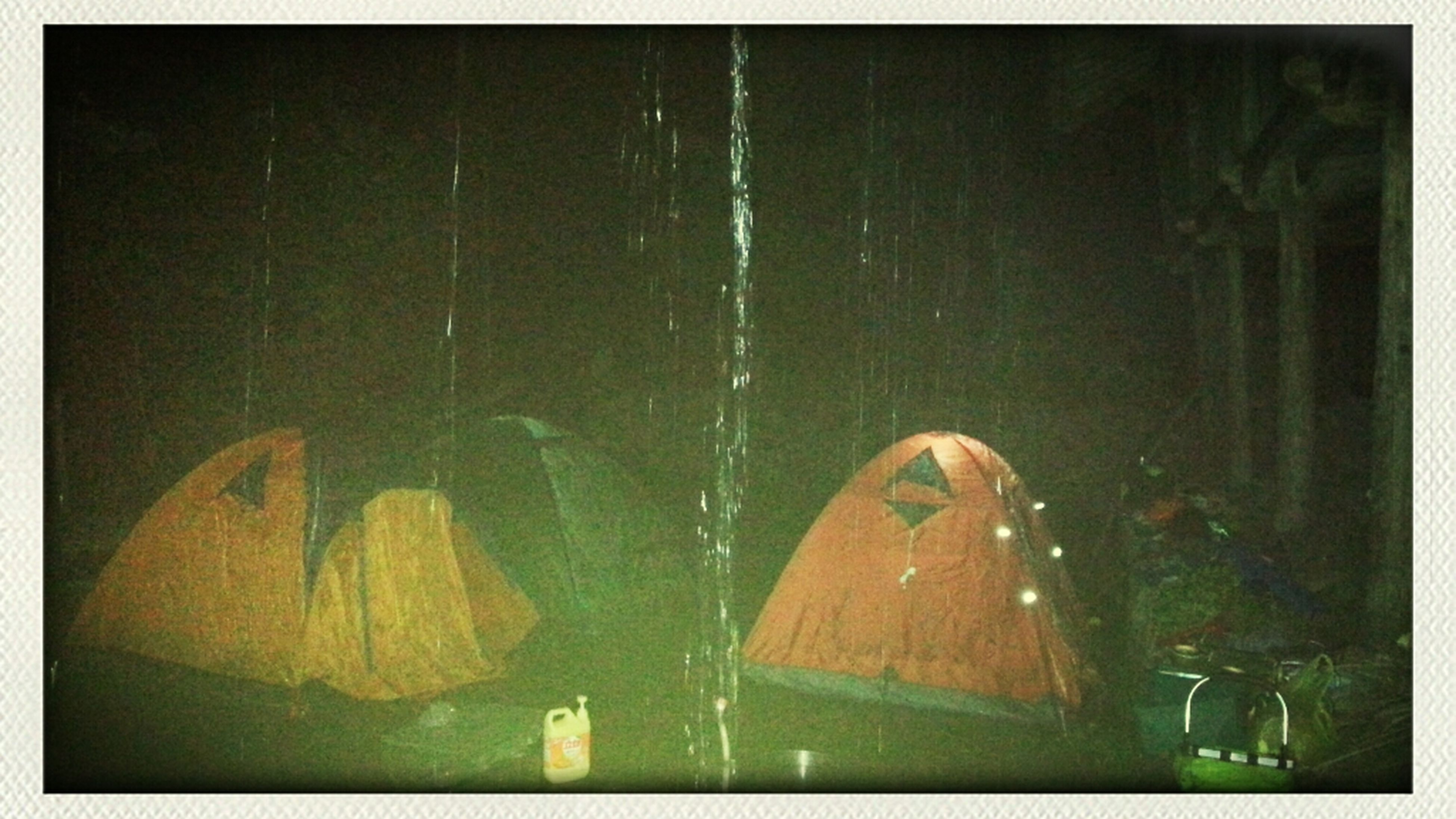 雨中的帐篷