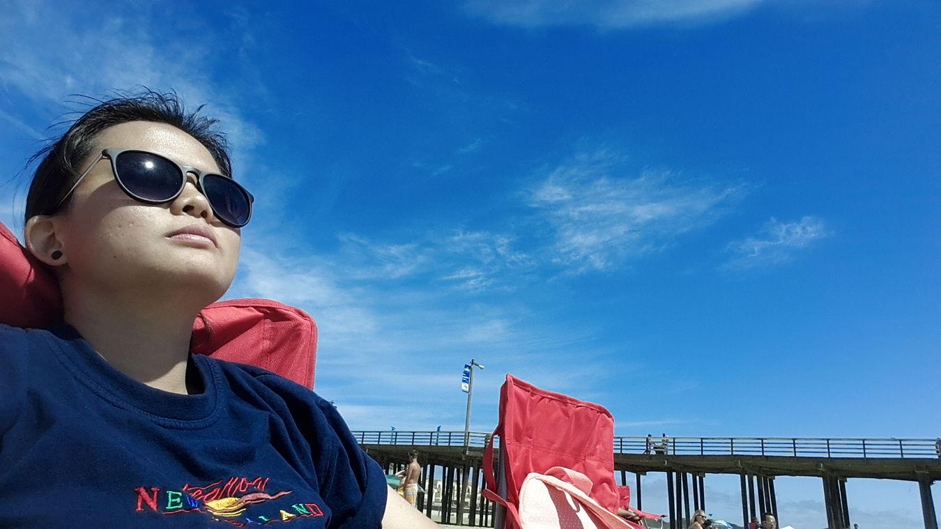 Pertama kalinya, bener2 siang2 bolong panas begini, bejemur di pantai..?? Masih untung anginnya bersahabat..❄ Suhunya 20°C..? Late Post  USA Relaxing Selfie