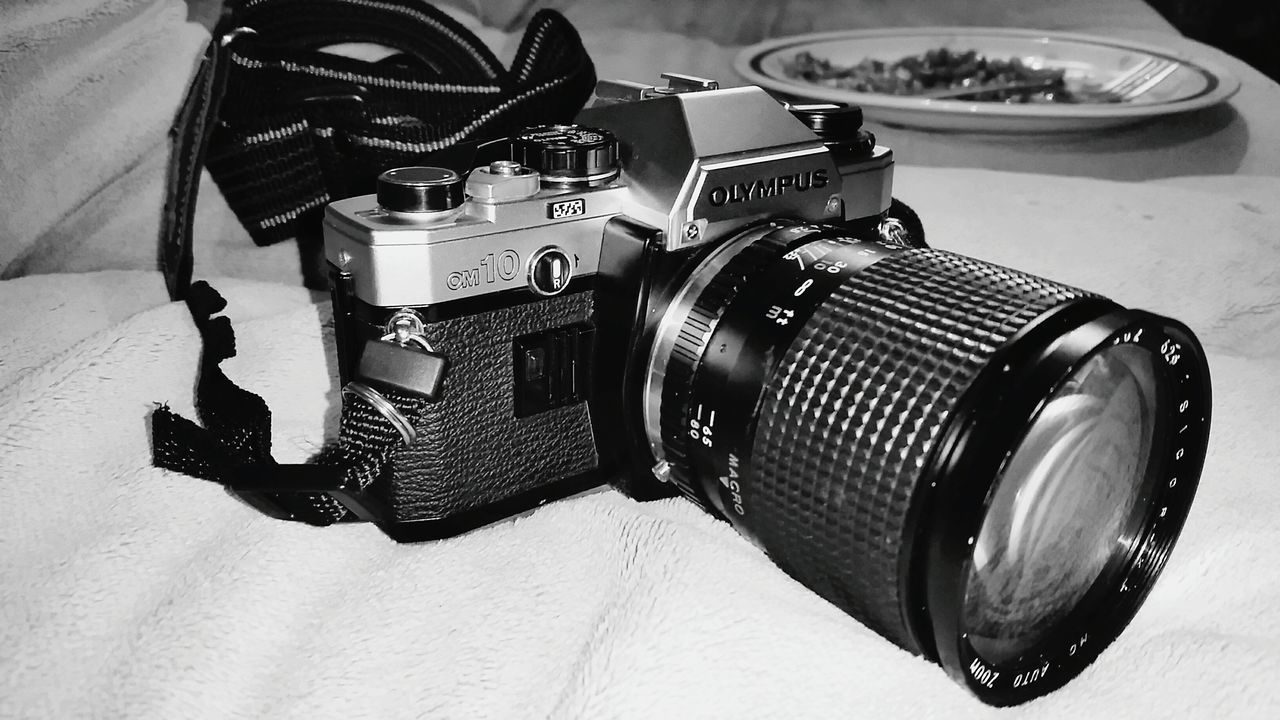 camera - photographic equipment, old-fashioned, photography themes, retro styled, technology, camera, digital camera, table, vintage, no people, indoors, digital single-lens reflex camera, close-up, day