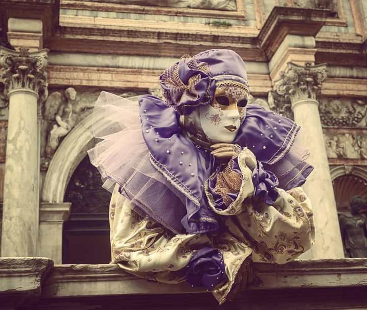 Carnevale di venezia martedì grasso Colours Of Carnival Contestgram Igers Igersitalia Venezia Venice Sanmarco Picoftheday Photooftheday Instagood Instalike Fashionista Dress Photo NX2000 Mirrorless Like Straikapose