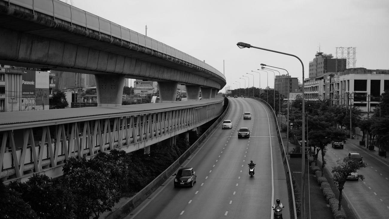 4 lanes Fujifilm Fujifilm_xseries Fujifilm X-m1 Fujixm1 Fujikweem Fujifilmkeerati B&w Skytrain Skywalk Highway