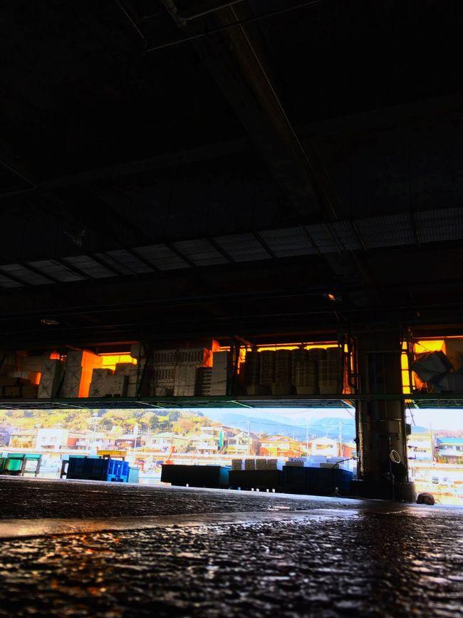 小田原漁港 Odawara Fishing Port Harbor は、その屋根の下にある建物部分に食堂がや事務所があるという、ちょっと面白い作りになっていた。内側に囲った係留場所が心地良い。 Light And Shadows Travelphotography Landscape Silhouette Colors