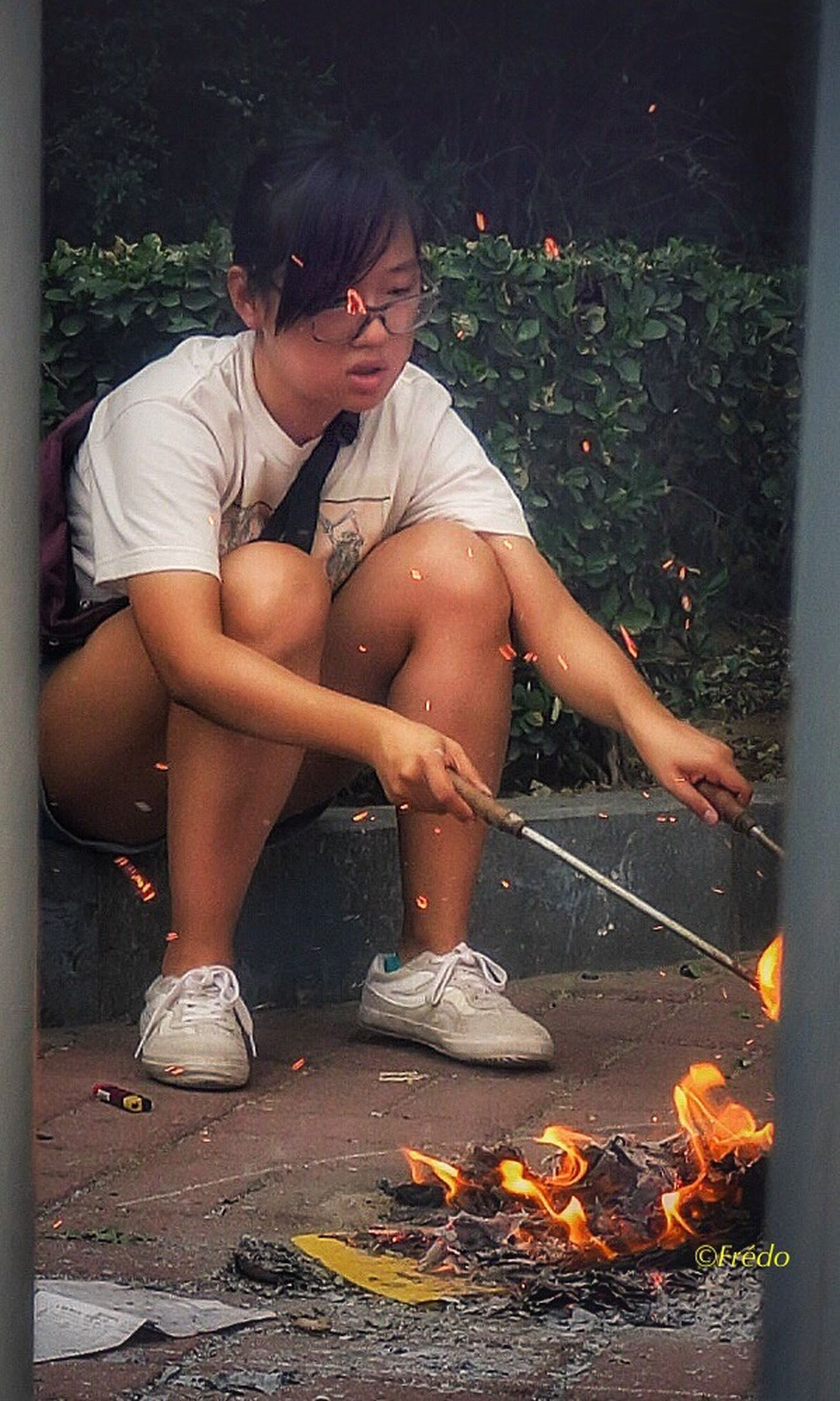 Hommage aux pères disparus/fathersday/Fête des pères/Beijing Sitting One Person Only Women People One Woman Only Young Adult Beijing, China Street Photos😄📷🏫⛪🚒🚐🚲⚠ The Portraitist - 2017 EyeEm Awards The Street Photographer - 2017 EyeEm Awards BEIJING北京CHINA中国BEAUTY BEIJING 北京 Eyeemphotography Eyem Best Shots Photooftheday Streetphotography Eyemphotography Eyem In Beijing Real People Lifestyles Respect Soul China Photos Beijing Scenes Ashes