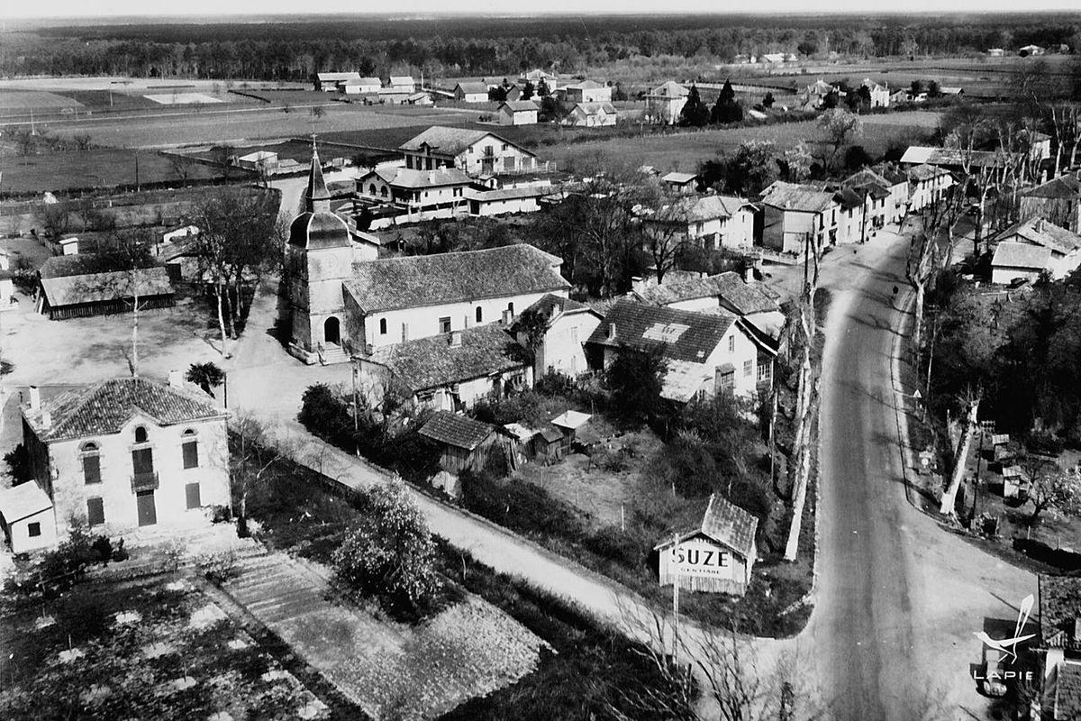 Cette photo de mon village doit avoir une quarantaine ou une cinquantaine d'année. C'était la belle époque, c'était dans ces années ou les marques d'alcools pouvaient communiquer librement et sans contrainte, époque dans laquelle les gens travaillaient tous car le chômage c'était que pour les fainéants !! Elle était bien belle cette époque ❤ Old Sixties Landes Aquitaine Meilhan Village Suze Church Landscape Time