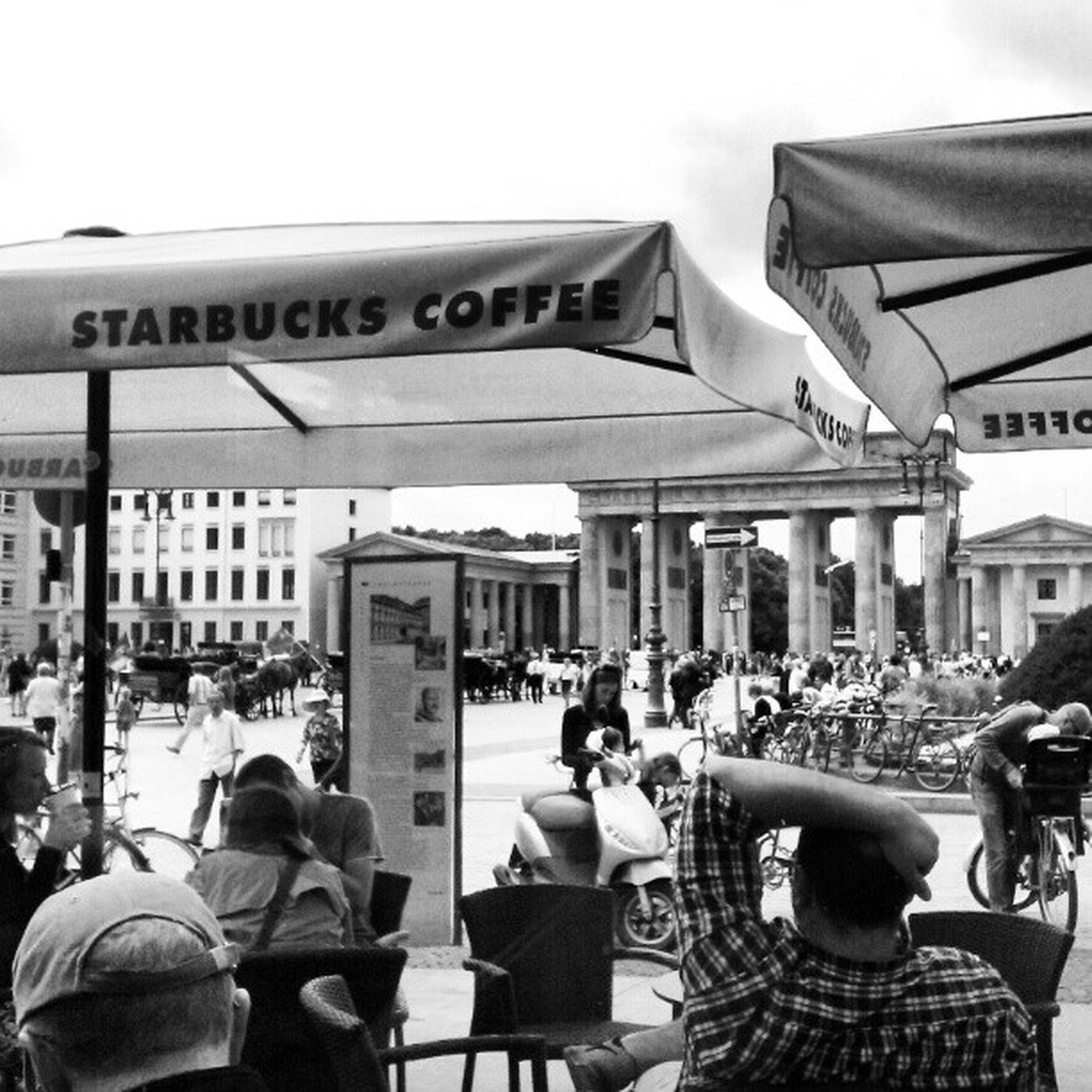 Starbucksujem u Braniborske brany. Berlin BrandenburgenTor