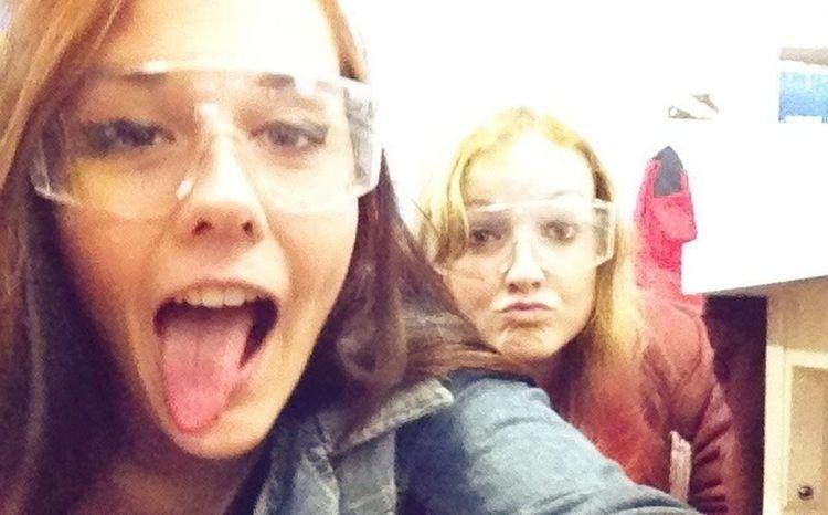 Avec Léa en physique on passe sous l'bureau.♡ Girls Debile Friends Love