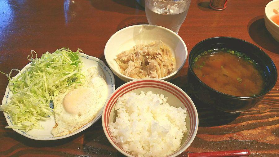 我が家の朝ごはん、いつもこんな感じ。今日の味噌汁、ダシは花かつお、毎日取ります。具は舞茸と青ネギ。今日はネギ塩豚丼、目玉焼きのせに出来る感じでしたので、息子たちはどんぶりにして食べていきました。沢山食べて笑顔で元気に出掛けて行ってくれると、嬉しいです。 和食 朝ごはん 米を食べる 朝は米を食べなきゃ元気が出ない Breakfast ごちそうさまでした Food And Drink Food
