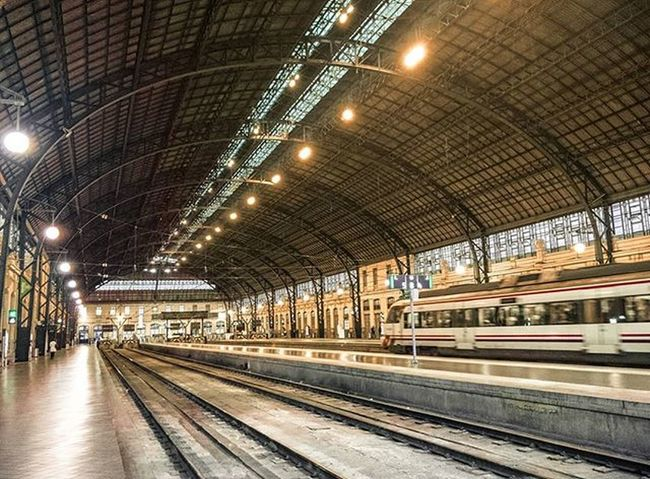 Fin de la Jornada en la Estación del Norte , con todo el día por delante Renfe Civia València Turismo Fotografia