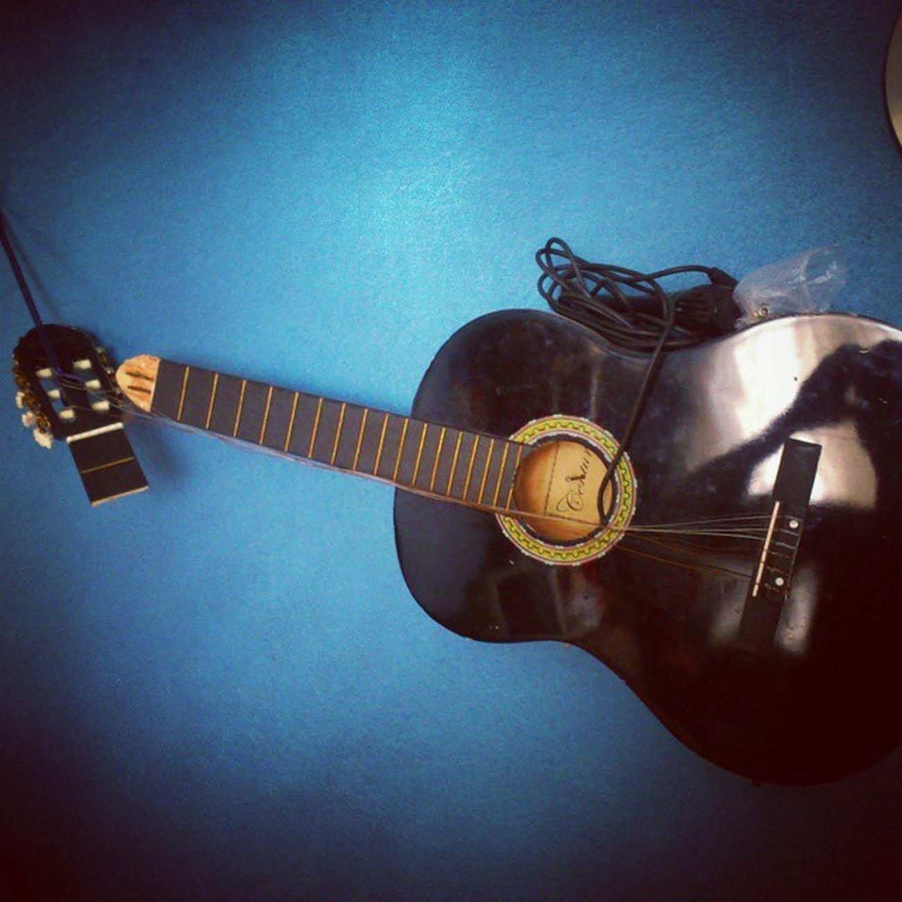 Gitar üstüneotur Harap Parçala anı müze hüsran götünlekır instagood