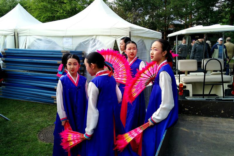 Mobilephotography Eye4photography  HuaweiP9 People Watching Portrait Colour Portrait Collection Portrait Girls Koreanfashion Koreangirl Korean Girl Koreanstyle Korean Style Korean Traditional Clothes Women Around The World