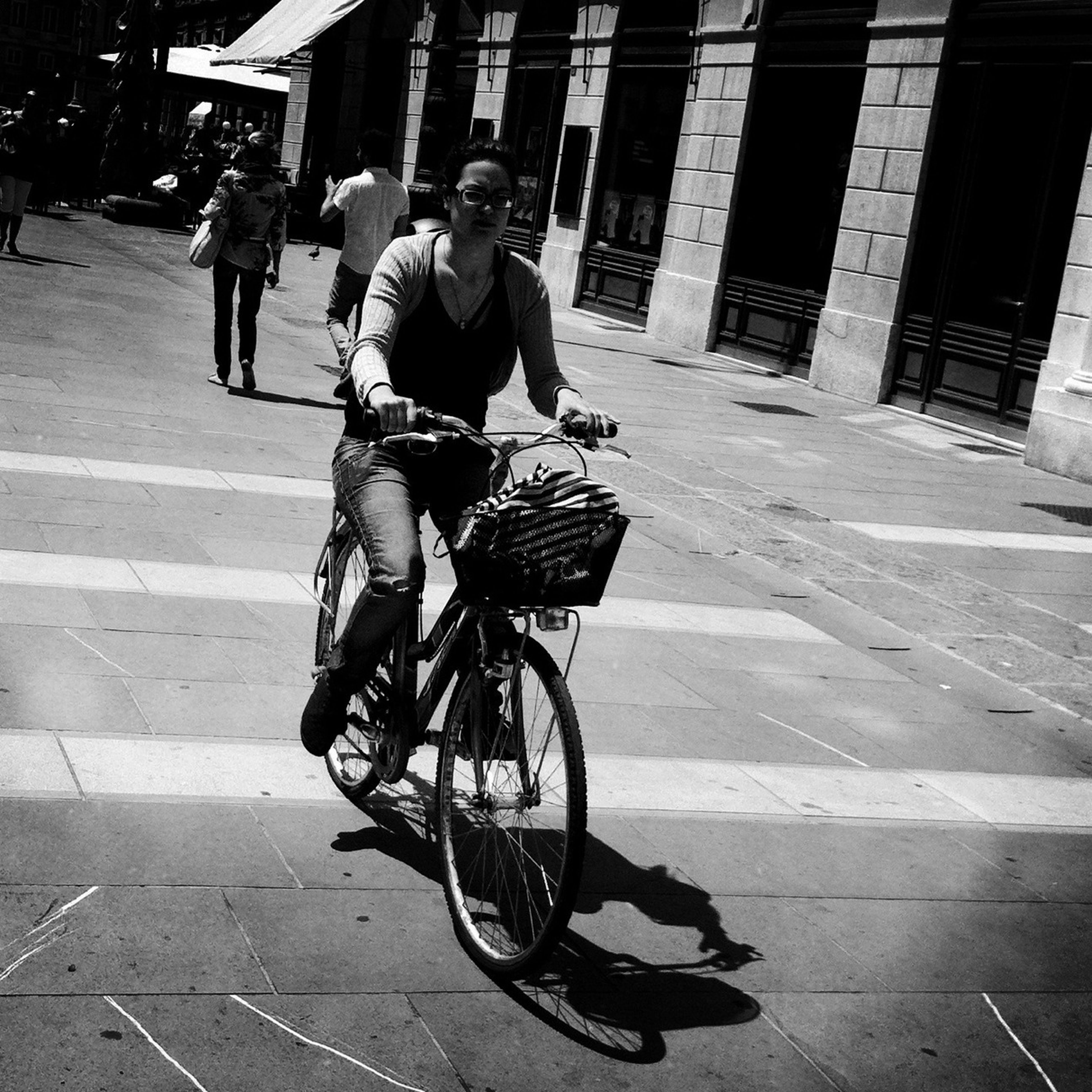 bicycle, transportation, full length, street, mode of transport, land vehicle, lifestyles, men, casual clothing, leisure activity, riding, walking, building exterior, city, road, city life, built structure, architecture