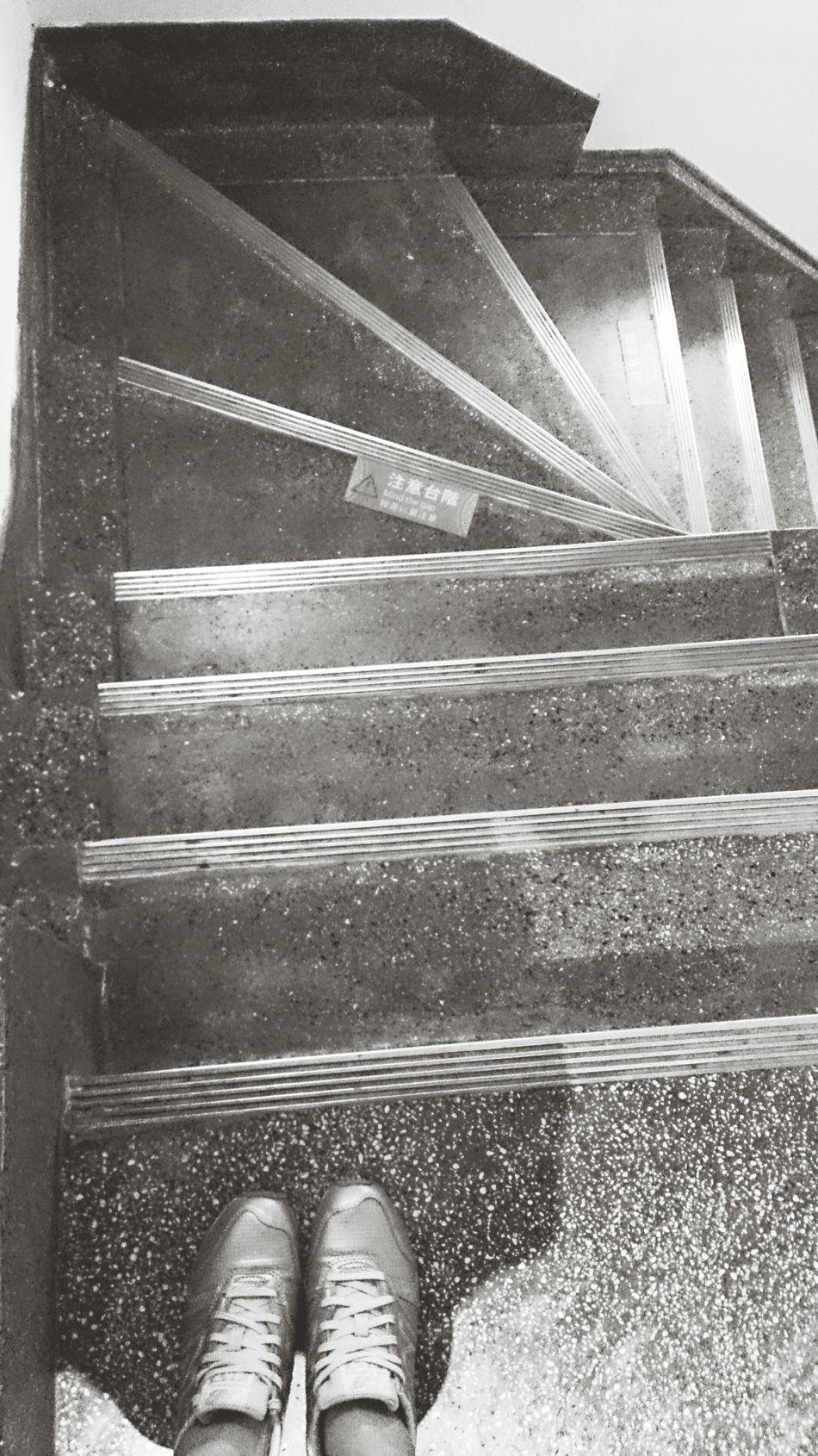 下階梯,之後,我會走回。 跌倒了,我會站起來。路的迂迴,這樣的遊戲,我看清了。 Stairs My Foot Will Be Better Grow Up