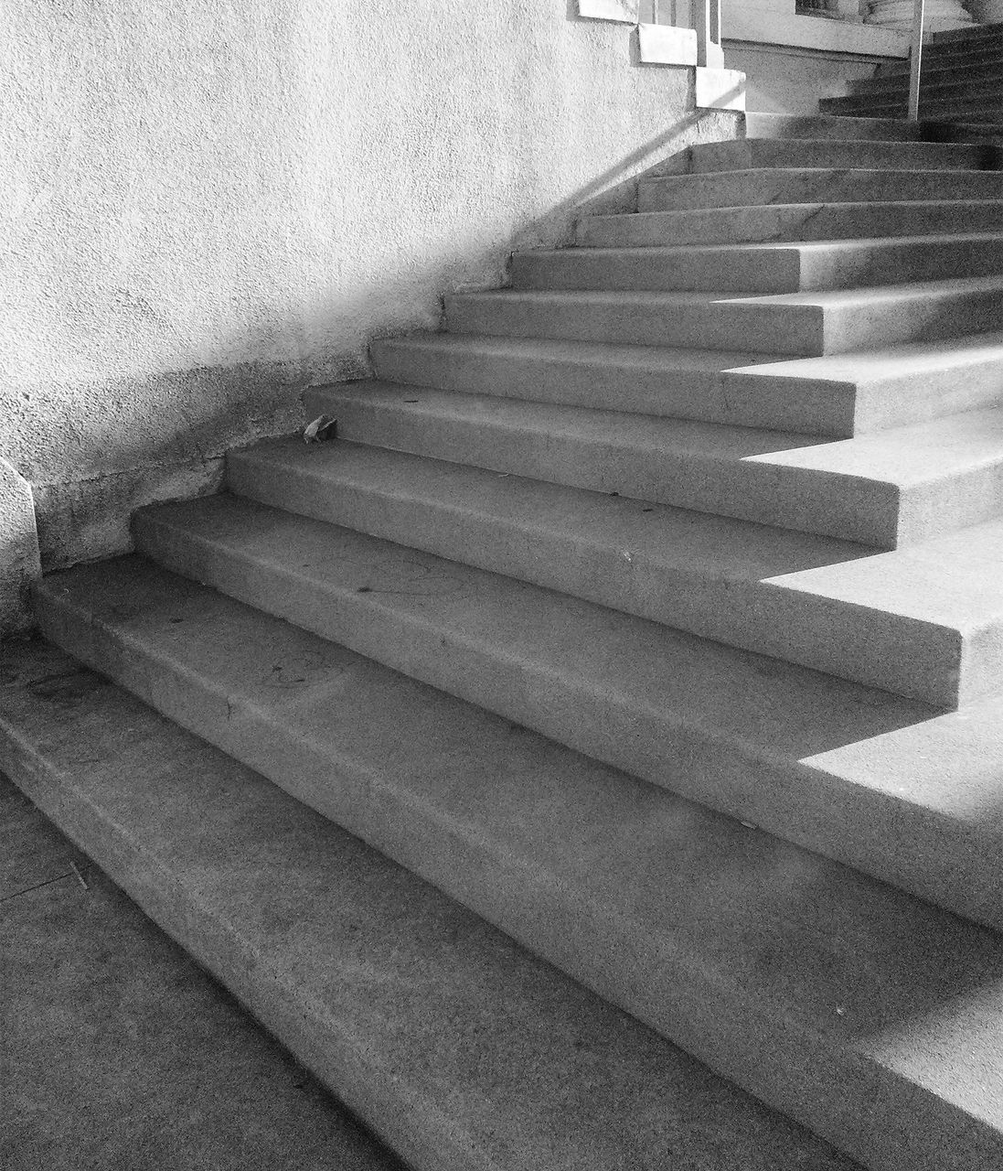 steps, steps and staircases, staircase, railing, stairs, indoors, built structure, stairway, architecture, no people, hand rail, day, close-up