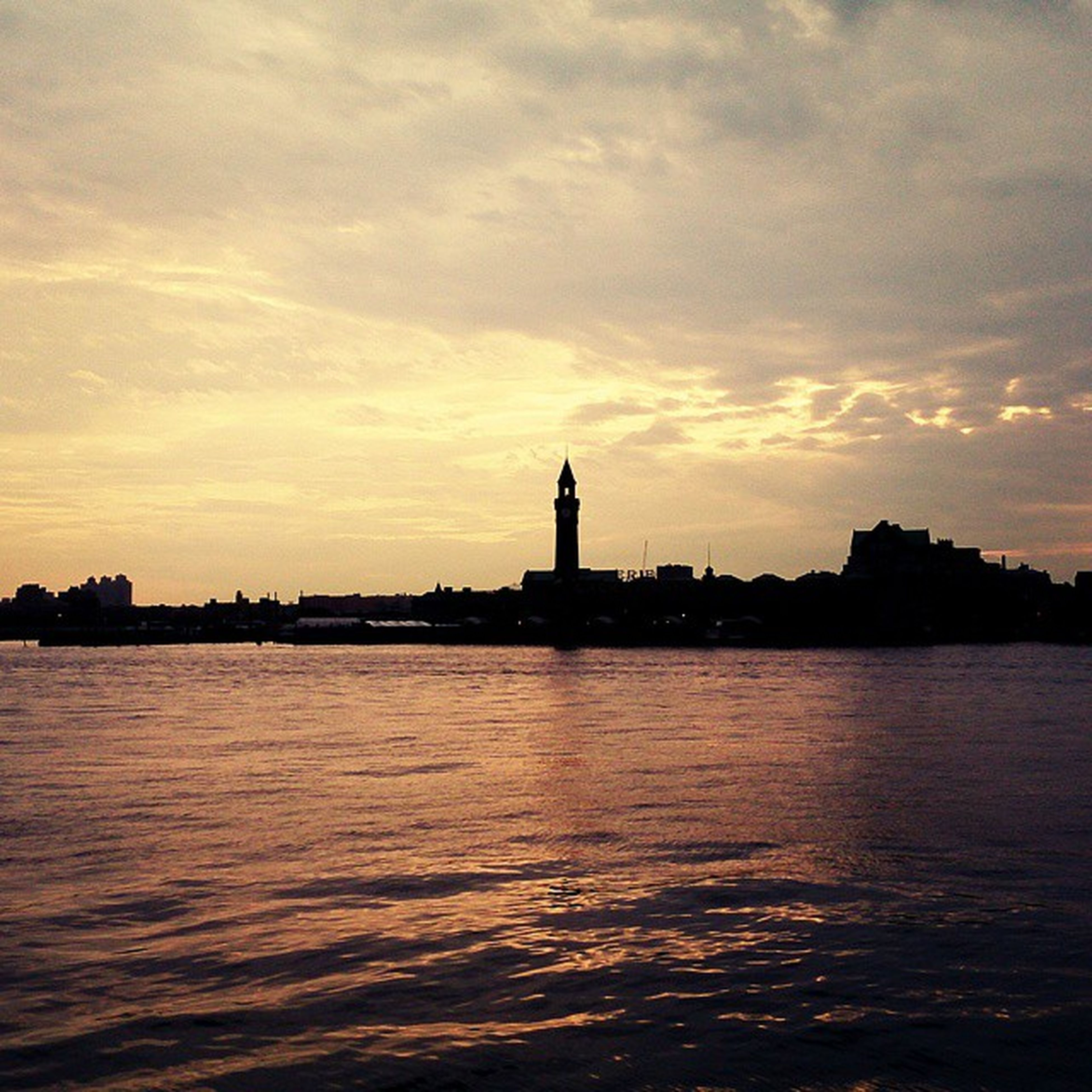 water, waterfront, sunset, sky, silhouette, building exterior, architecture, built structure, sea, scenics, rippled, cloud - sky, tranquil scene, tranquility, beauty in nature, cloud, nature, city, dusk, river