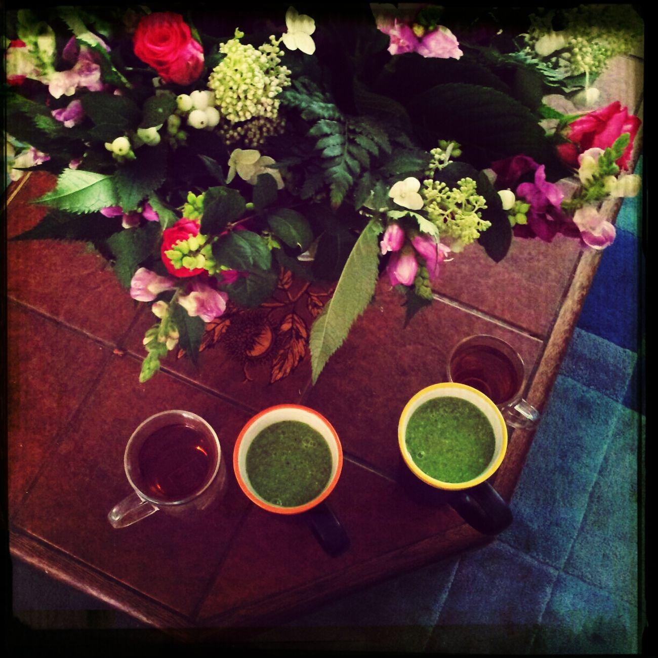 Begin de dag met een lach, met degene die je lief is en met een hulkshake, een kopje thee, onder een mooie bos bloemen die bij thuiskomst in de kamer stond als cadeau van onze lieve vrienden (Jos en Marjoleine) voor ons 25-jarig huwelijk.
