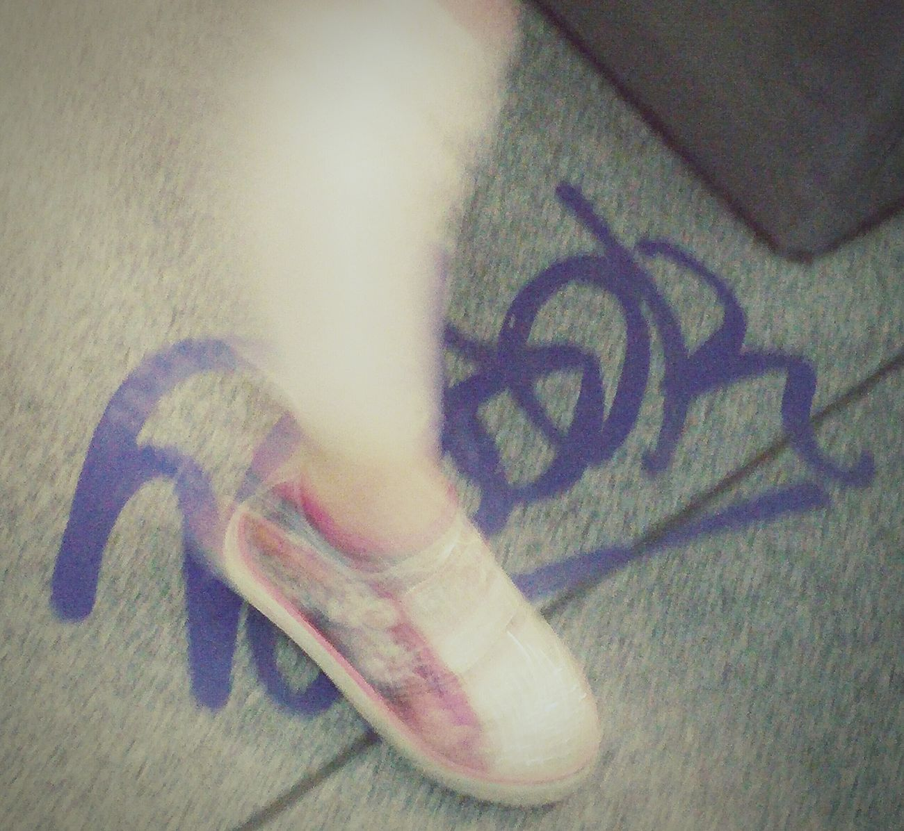 Pied sur tag Foot Pied Pie Shoe Soulier Sapato  Childhood Enfance Infancia Tag Purple Mauve  Subway Metro STM Montreal, Canada