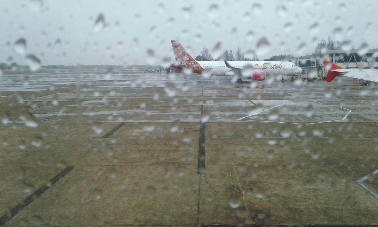 Rinai hujan di balik jendela pesawat Batik Air..😊 Airport Runway Batik Air RainDrop Flight ✈ Outdoors Aerospace Industry Flying EyeEmNewHere