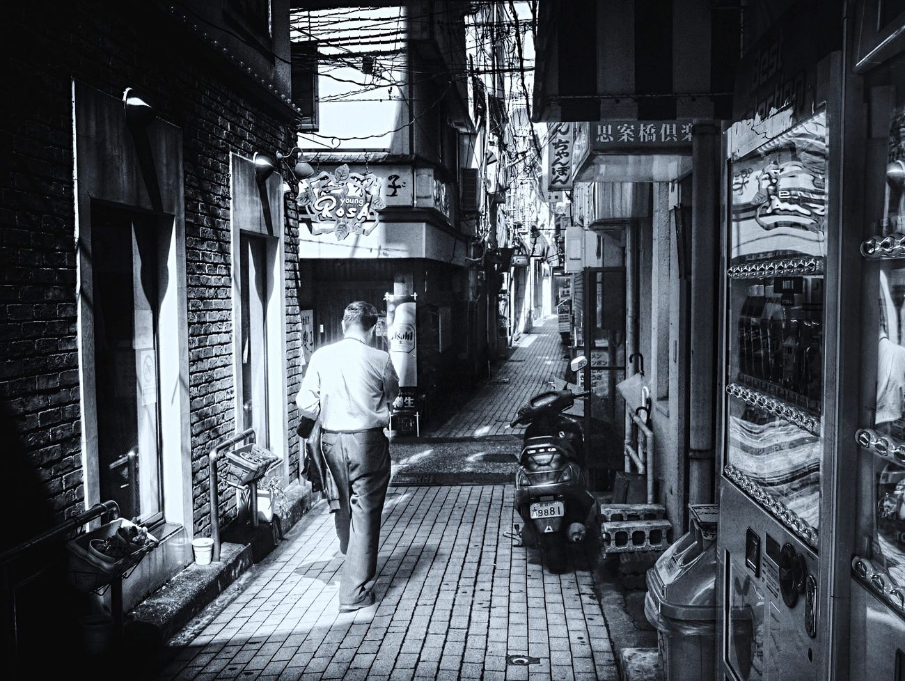 Walking around Nagasaki Reedited Noir Et Blanc Light And Shadow Vending Machine Reflection Narrow Street On The Street Corner B&w Street Photography de Good morning Nagasaki City