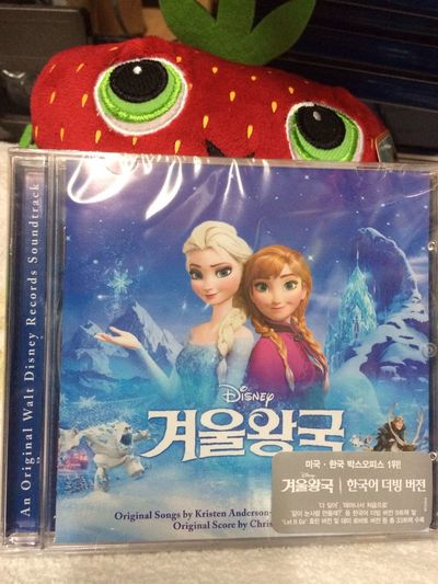 더빙판보고 오매불망 기다리던 더빙판 OST가 발매되서 바로구매~ 디즈니 더빙은 정말 최고~^^ 때로는 오리지날보다 더 좋은 것 같다. Frozen Disney Collection