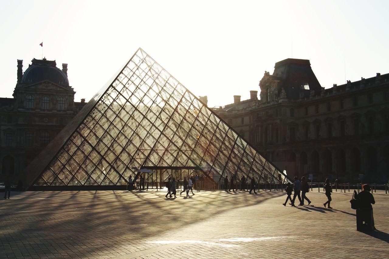 Lever de soleil sur la pyramide du Louvre dans Paris! Sunrise Enjoying Life EyeEm Best Shots Architecture Urban Geometry Sun_collection Eye4photography  Cityscapes Creative Light And Shadow