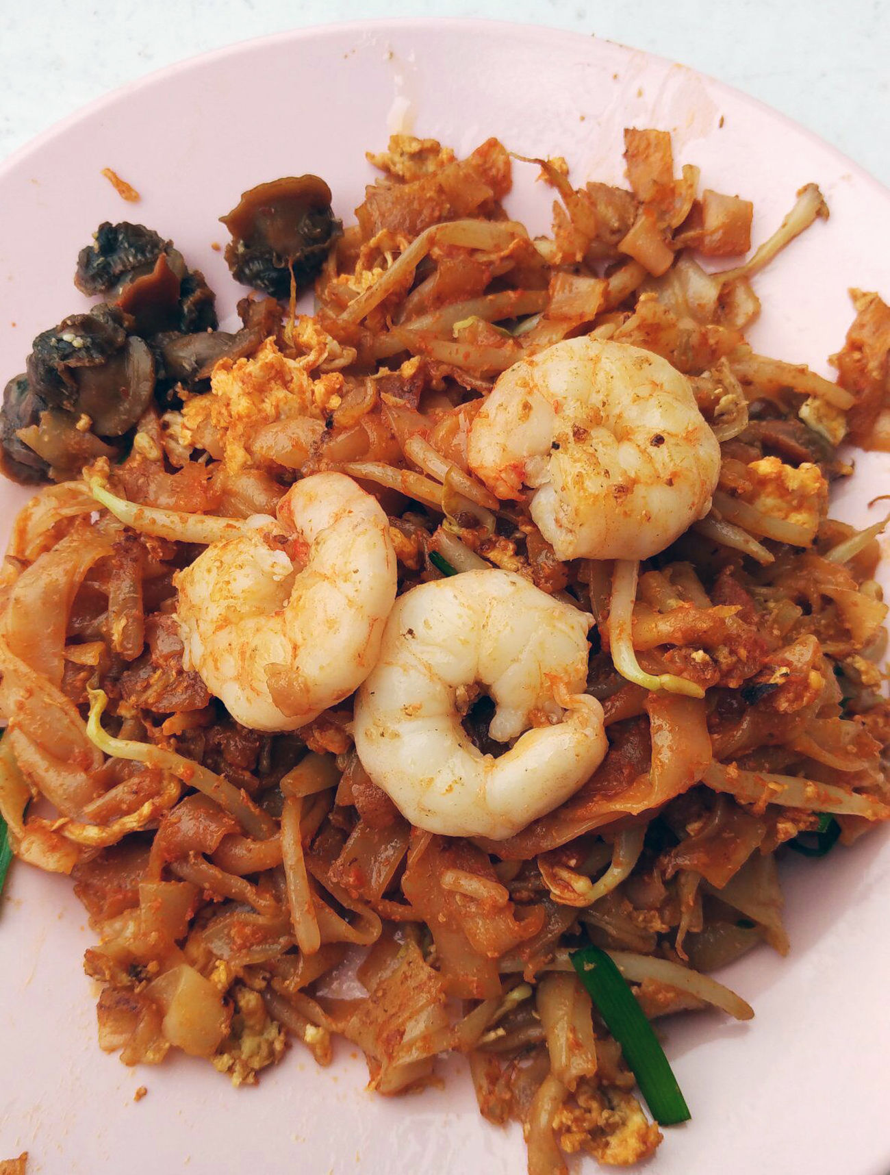 A plate of tasty Penang Char Kway Teow (Fried Rice Noodle), topped with prawns and cockles, in George Town. Clean Plate, No Food Cockles Cooked With Eggs, Food Meal, Traditional Meal, Penang, Hawker's Food, Plain Noodles, Mmmm Prawn,