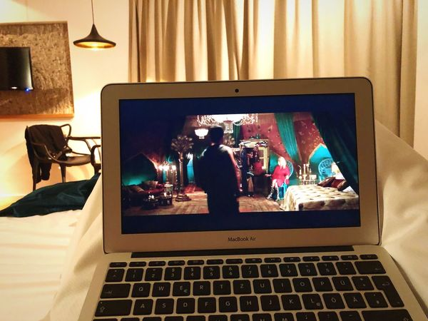 Kingsman, the golden circle im Hotelzimmer ansehen. Technology Wireless Technology Indoors  Real People Photography Themes Communication Screen Portable Information Device Device Screen Photographing Illuminated Lifestyles Photograph Close-up Day Architecture EyeEmNewHere