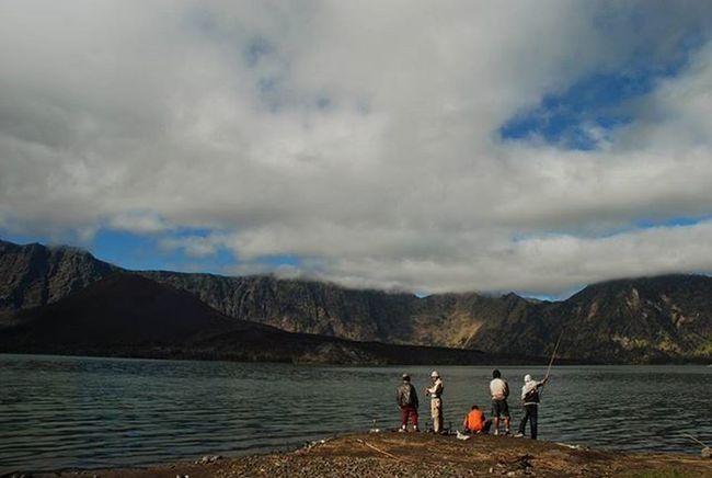 Mancing MasNia Wisatawan Gunungrinjani sedang Mancing di Danausegaraanak Tngr Lombok NTB 2008, Nikon Volcano Fishing Mounts Lake Clouds Island People Travel