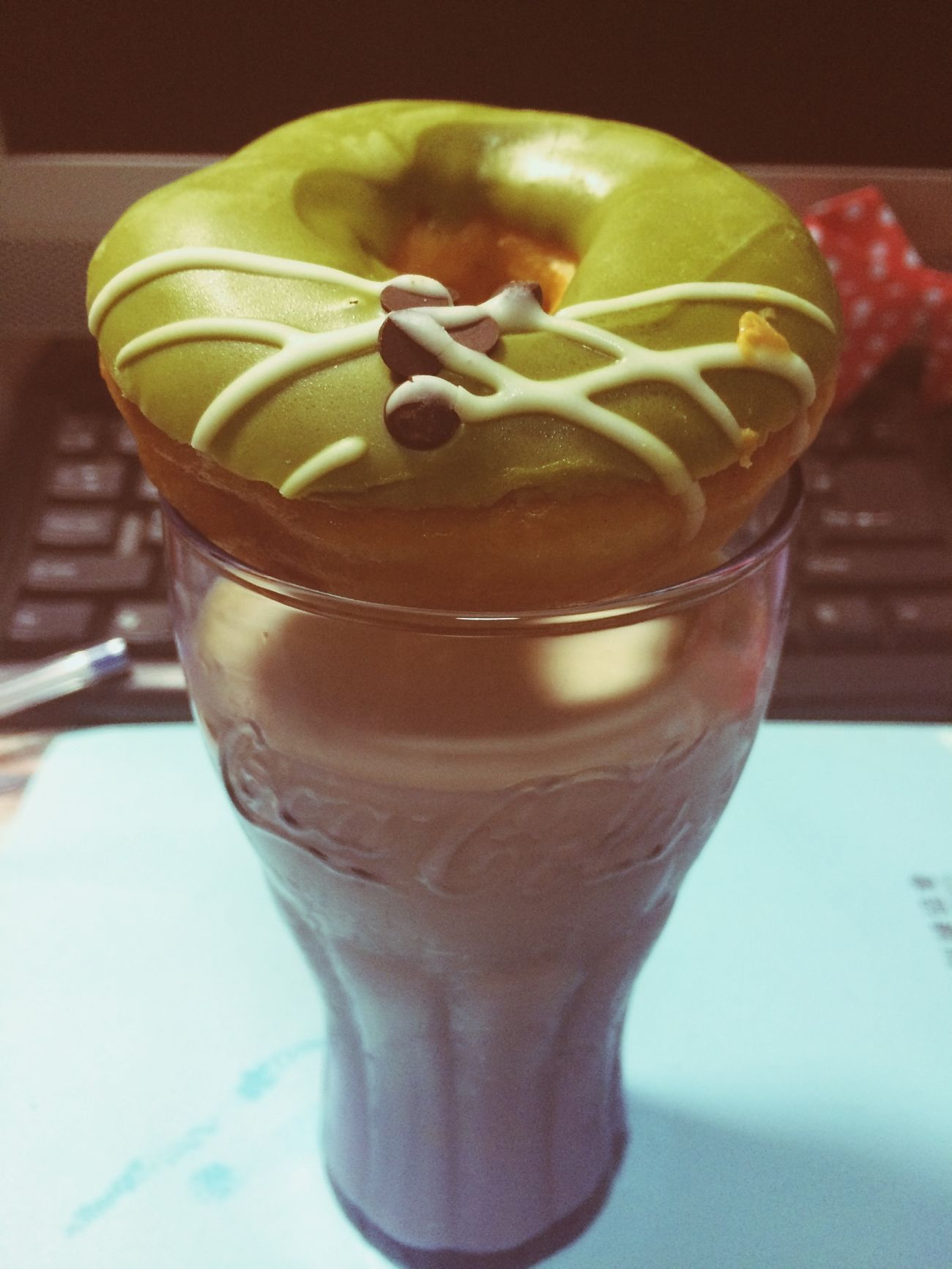 Morning⋯ 吃著啾比送我的甜甜圈 加上特調咖啡奶酒+鮮奶 繼續追劇去⋯ 皮諾丘真的卡關太久了! 吃吃喝喝看韓劇 不出門也爽!