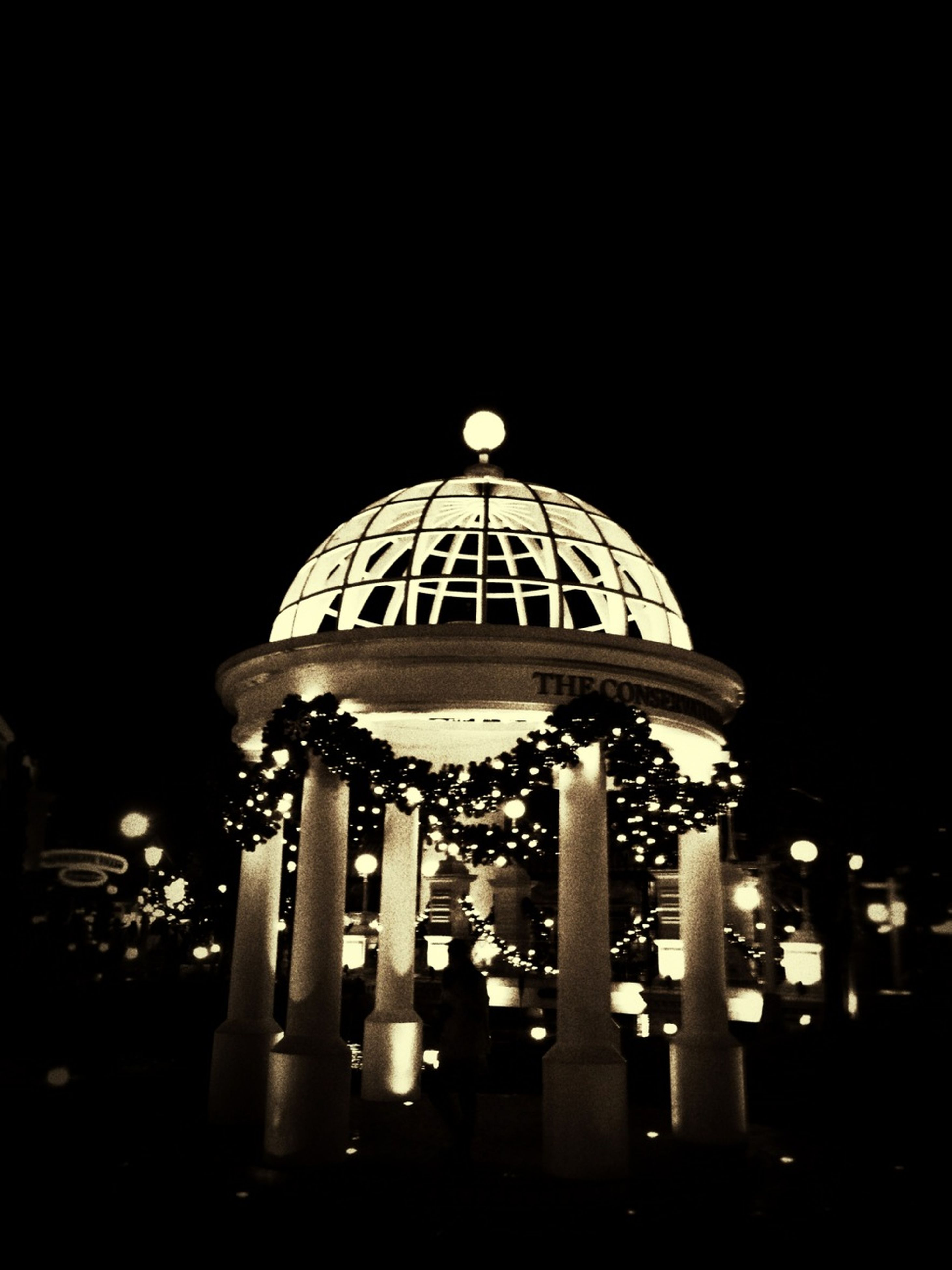 night, built structure, architecture, dome, low angle view, illuminated, religion, place of worship, spirituality, clear sky, building exterior, copy space, famous place, travel destinations, tourism, international landmark, no people, travel, church
