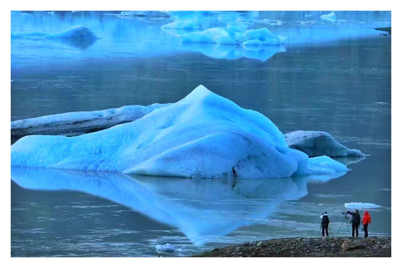 cold temperature, beauty in nature, nature, lake, outdoors, water, scenics, day, tranquil scene, winter, tranquility, snow, ice, frozen, full length, real people, standing, sky, animal themes, iceberg, one person, people