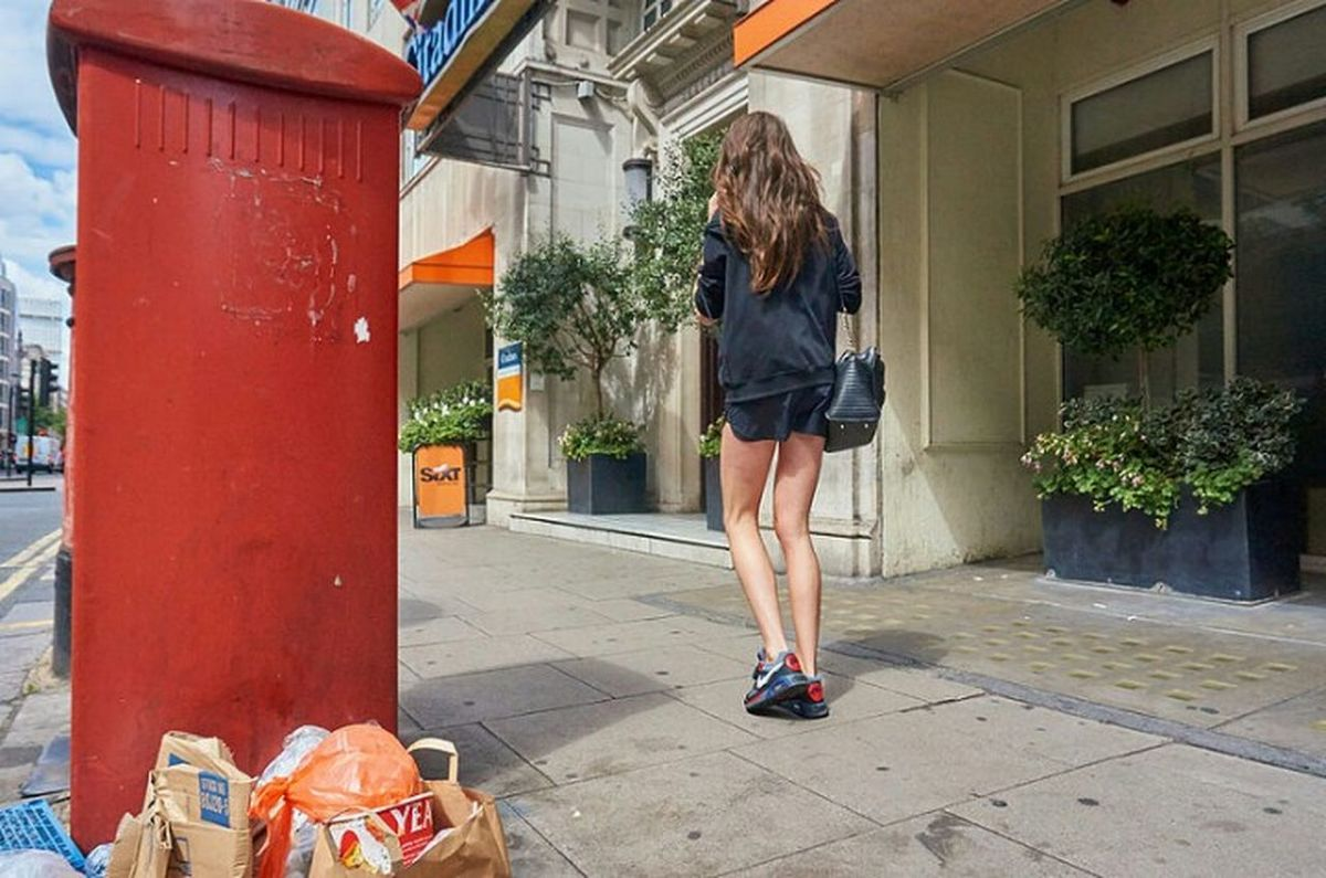 Sidewalk London London London!!! City Street Streetphotographer Streetphotography Street Photography Rubbish Girl Building Exterior Street Low Angle View City Life Street Photo Walking Fitzrovialitter Urban Life LONDON❤ London Calling London Streets Urban Streetphoto City One Woman Only Londononly Londonstreets