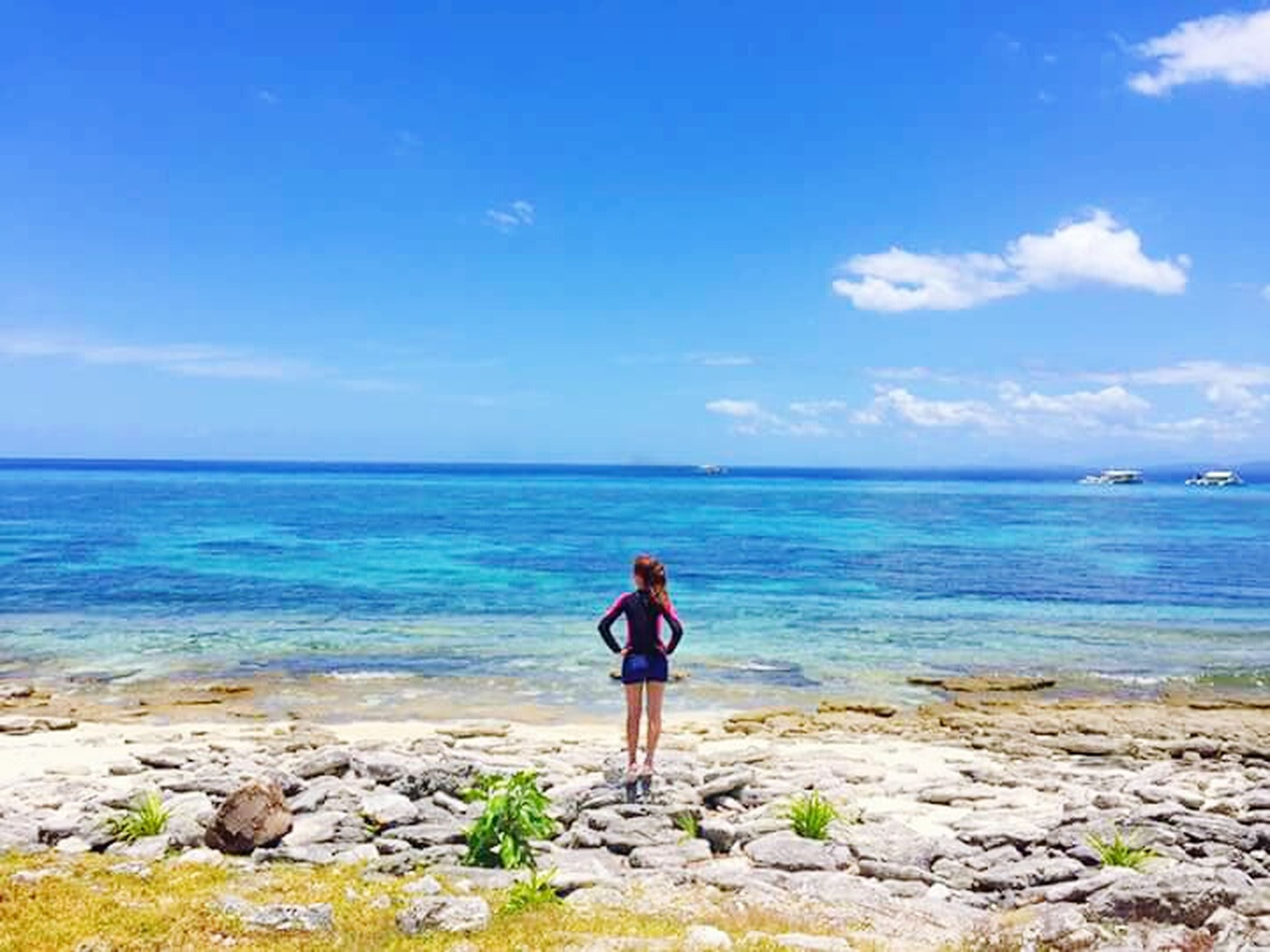 sea, water, full length, horizon over water, rear view, sky, standing, scenics, lifestyles, beauty in nature, leisure activity, tranquil scene, tranquility, shore, beach, nature, blue, casual clothing