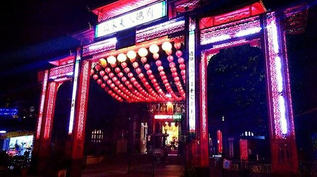 Nobody is perfect. When we open our world for others, they might open theirs, too. Taiwan Iseetaiwan Instadaily Instapic Temple Lamp Buddism ASIA Street Justgoshoot God Tainan Light Night Lightatnight Cool Bright Dark Great