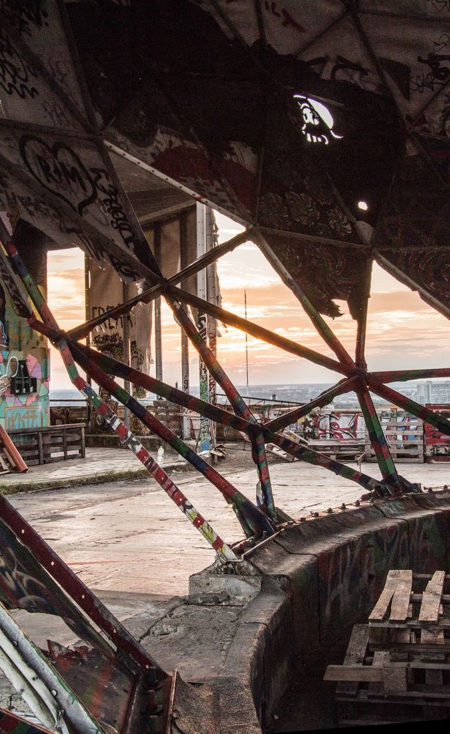 The Essence Of Summer Metall EyeEm Best Edits EyeEm Rotten Sunset Graffiti Abhörstation Evening Sky NSA Station Berlin Ruin Berlin Old Ruin Abhörstation Teufelsberg Architecture Gegenlicht Teufelsberg EyeEm Best Shots Structure Berliner Ansichten Ruined Building Teufelsbergberlin EyeEm Gallery