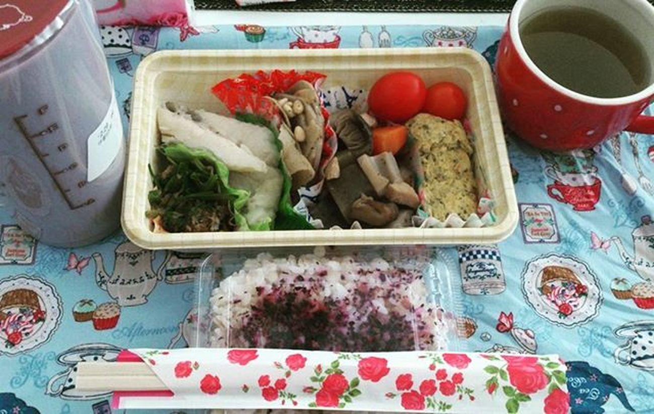 母のお弁当\(^^)/ Made by my mom アフタヌーンティー誘ってくれはったけど メンバー面白いし Mandarinだし 行きたかったけど我慢した ら お弁当つくってくれると 粕漬けカレイ Chikuzenni Tamagoyaki Ohitashi Ryokucha アレクシスにも久しぶりに会った テイのパシリで昼御飯買いに行ここにいることも強調しといた Goncha Taro