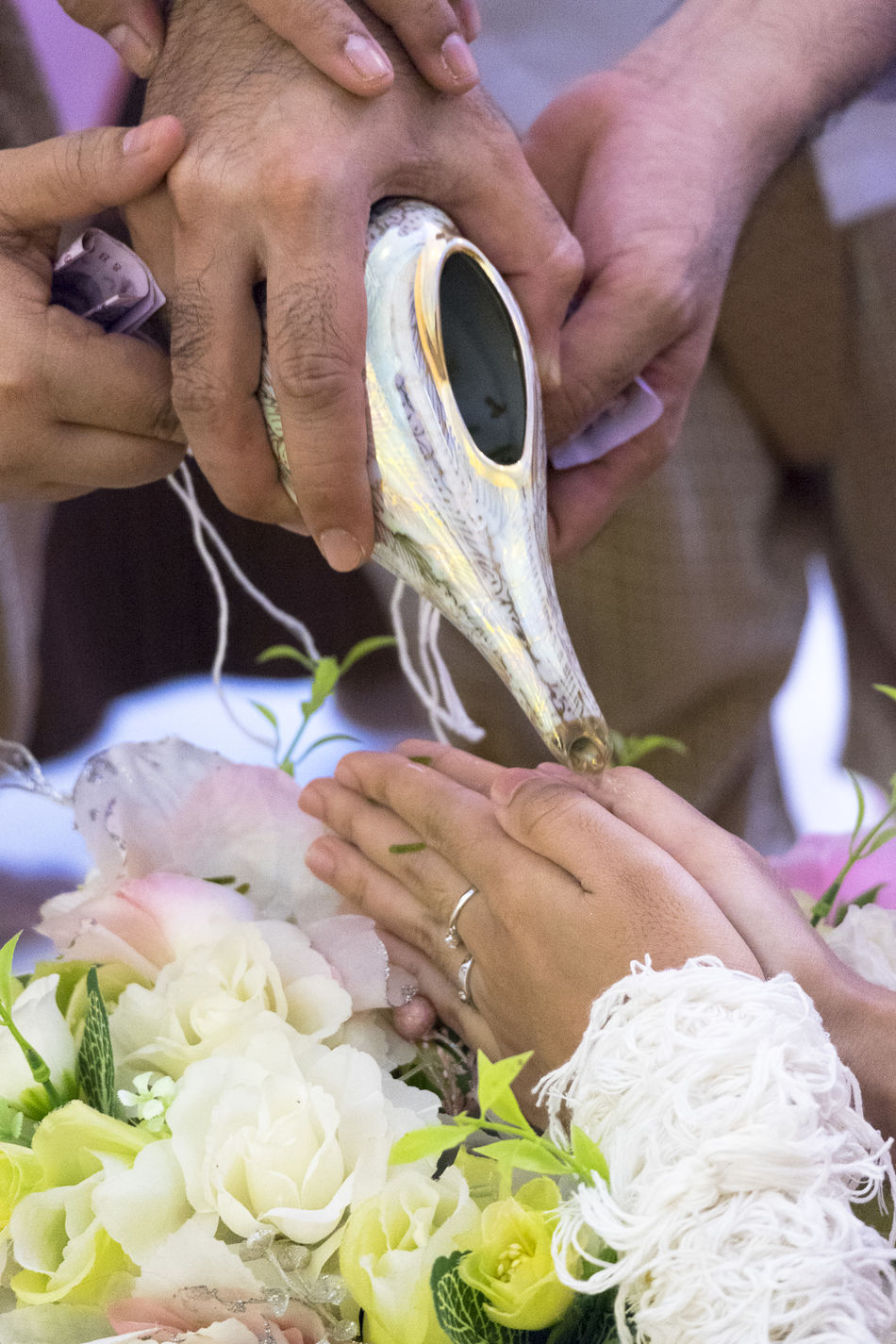 Thai Traditional Wedding ceremony - shell ceremony - Sang Rod Nam Blessing Close-up Flower Human Hand Thai Traditional Wedding Wedding Wedding Ceremony Wedding Photography