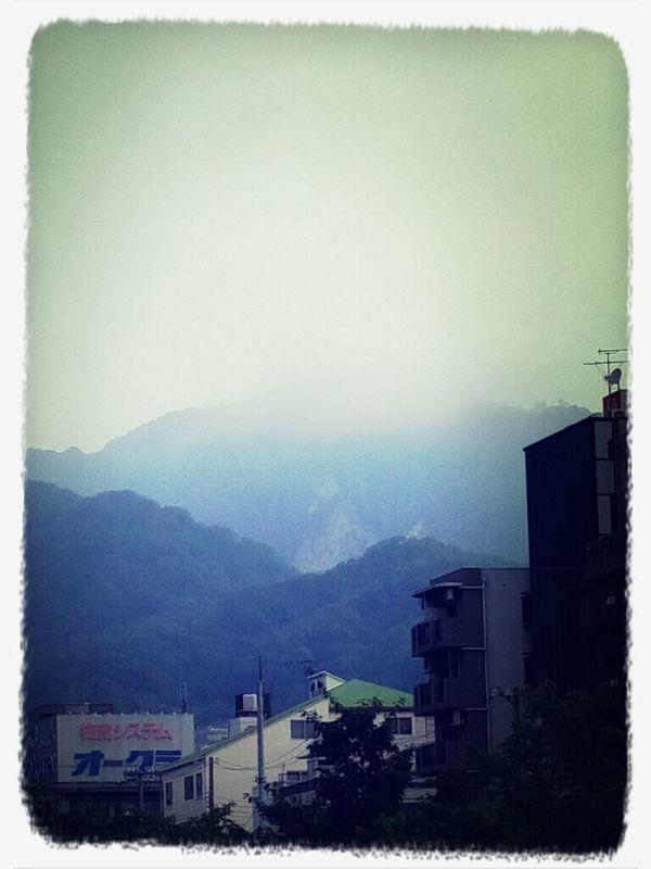 朝、霧に隠れる六甲山。