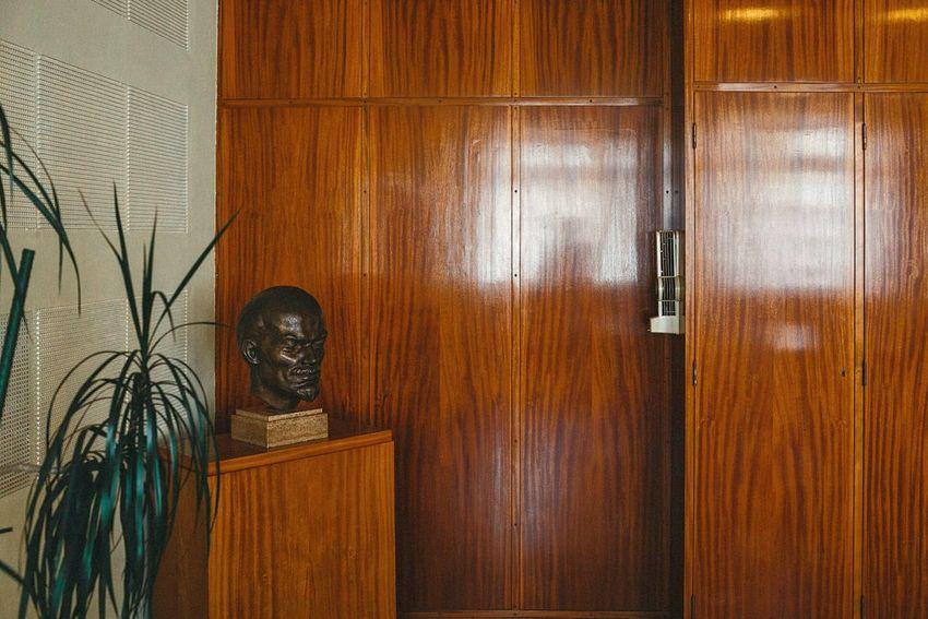 Meeting room with Lenin Head on Ministeretage at Stasi Central Stasi Museum Berlin Lichtenberg Lenin Interior Design Ostalgie GDR Erichmielke