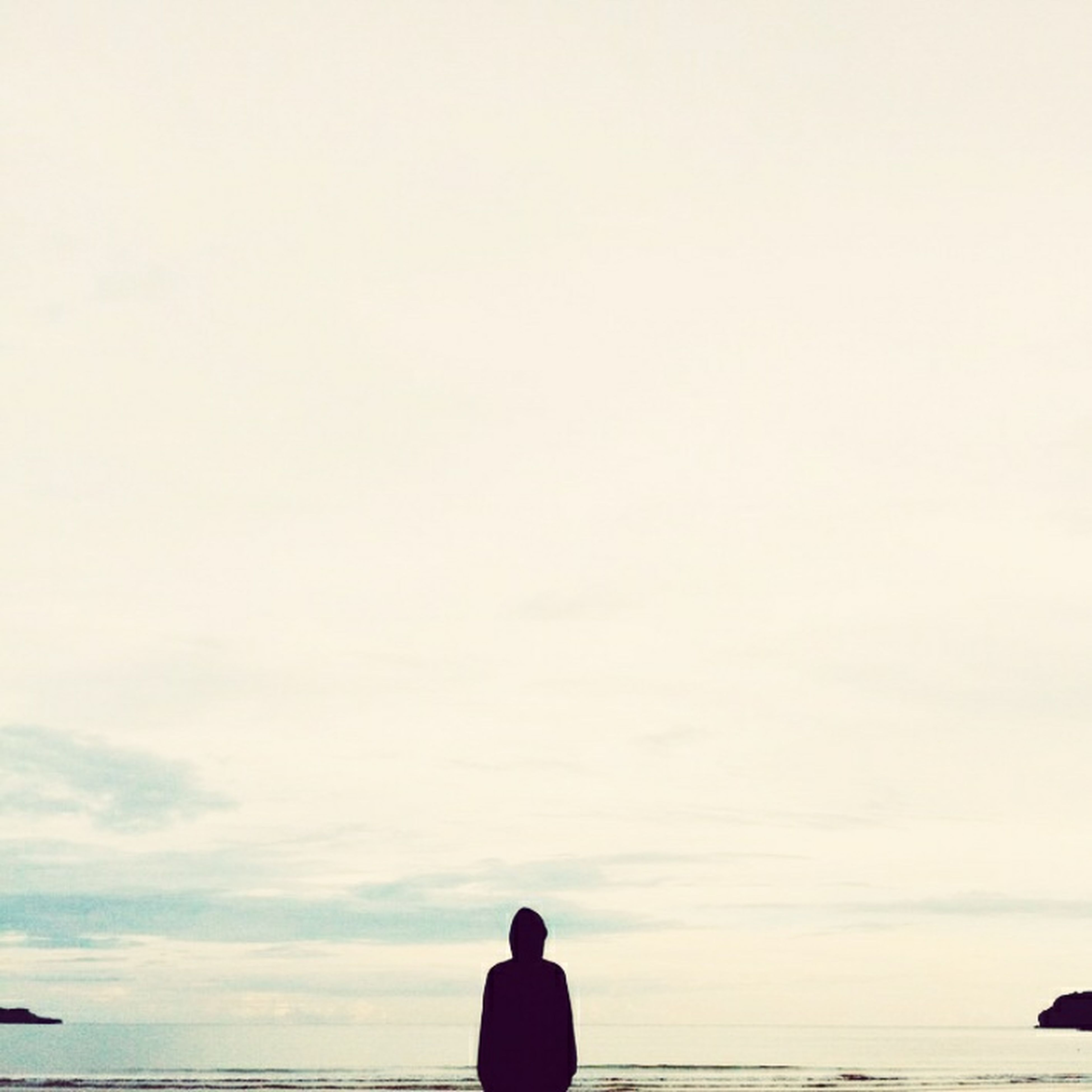 sea, standing, water, silhouette, horizon over water, rear view, lifestyles, men, sky, tranquility, leisure activity, scenics, tranquil scene, nature, beauty in nature, copy space, idyllic, beach