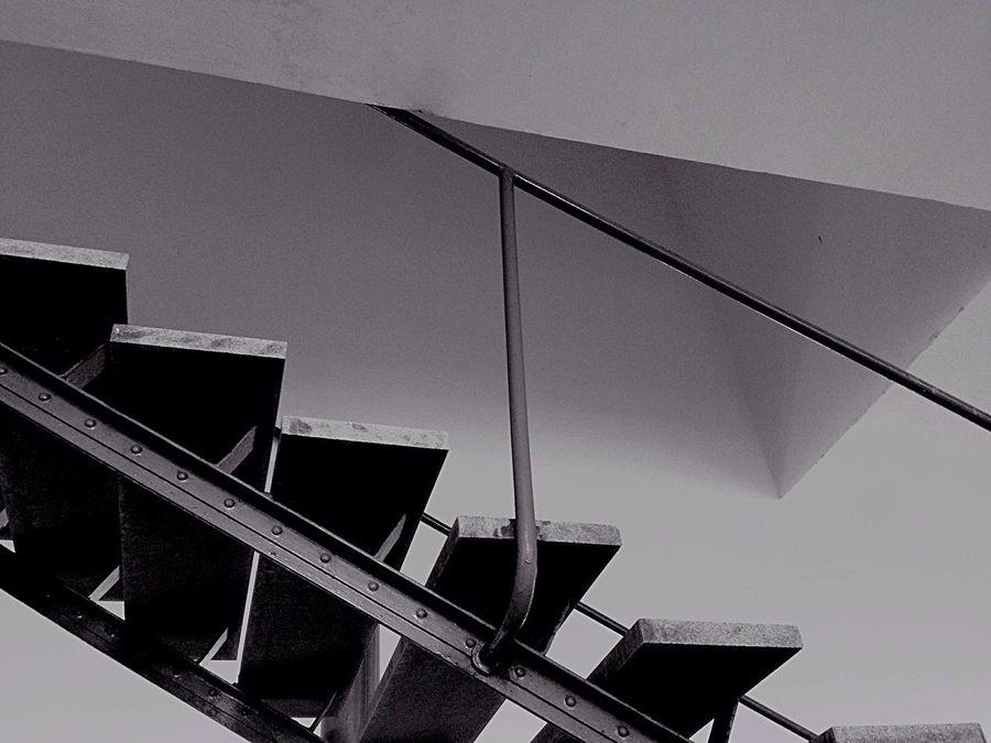 Quantas experiências existem em uma escada? | Casa de Vidro |Arquitetura: Lina Bo Bardi Sao Paulo - Brazil Lina Bo Bardi Arquitecture Modern Architecture