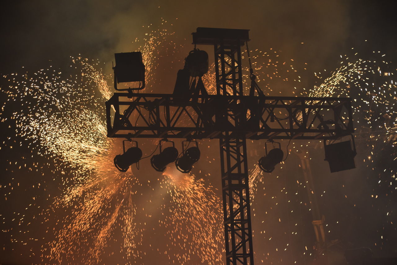 Silhouette Water Sky Enjoyment Cloud - Sky Fireworks Sparks Fire Explosion Orange Sky Glow Freedom Festival 2016 City Of Culture 2017 Hull City Of Culture 2017 Hull 2017 Freedom Concert Glowing Stage Music