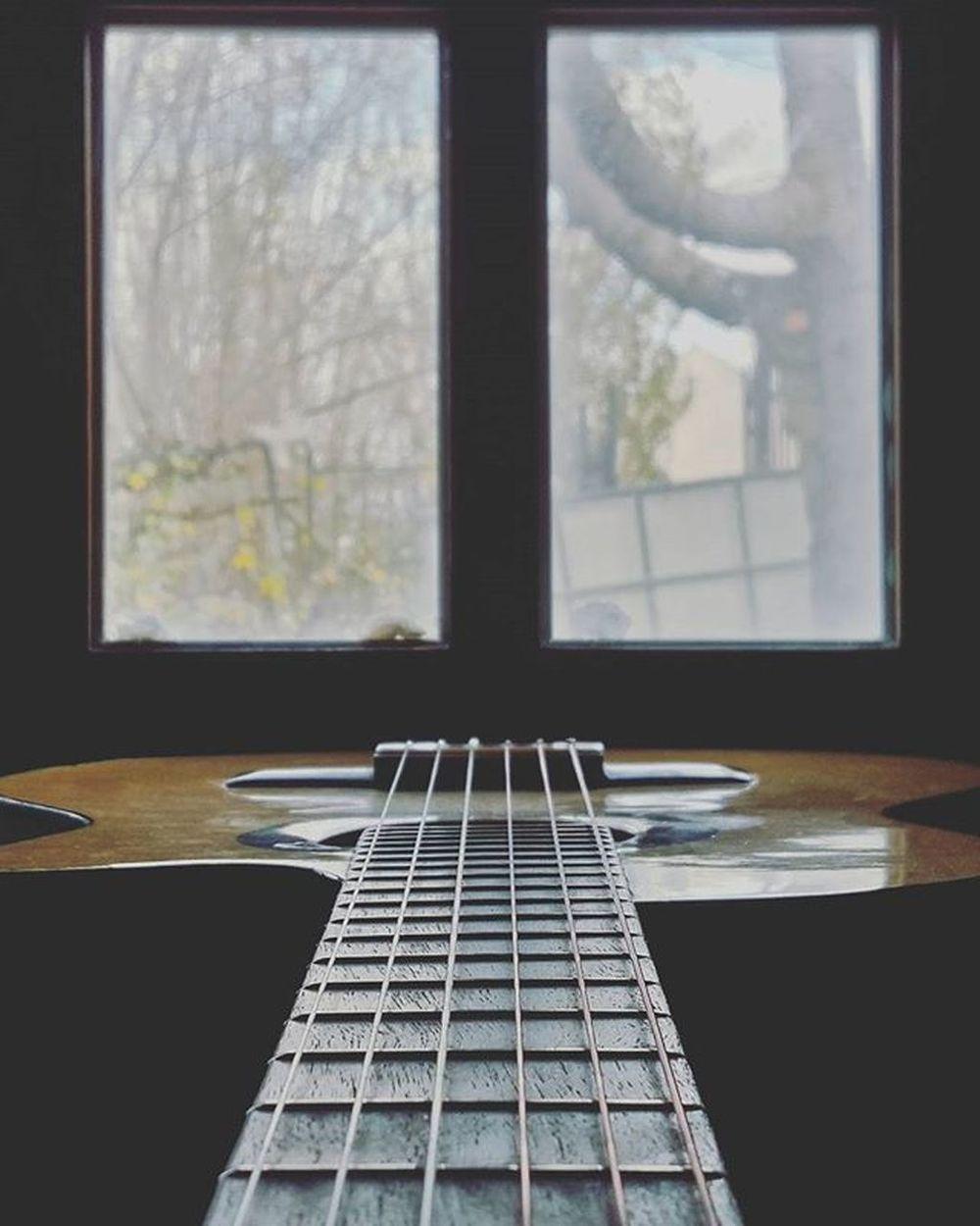 Me gusta que a la luz de este lugar todo se vea diferente, como si cobrara otro sentido, como si otros rasgos cobrarán vida, como que me habilita a ver el otro de las cosas... Es mi ventana de la verdad(?) La ventana del bien y del mal(?) QuéSéYo YaNiSe Guitarrita Ventana Luz 🙏💭👻 . . . . . . . . . . . . . . Guitar Guitarra Guitarist Musician Music Musica Musica Blackandwhite Guitars Gibsonguitars Guitarrista Guitarplayer Song Musicians Guitarsofinstagram Ventana Window Arquitectura Blackandwhite Fotografia sol windows igers art architecture