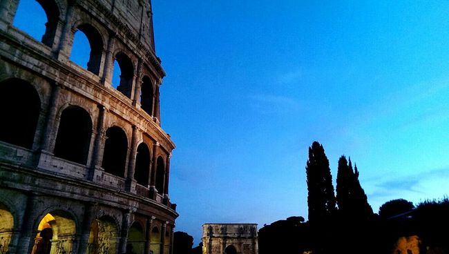 Squarci di Colosso Relaxing Check This Out Cheese! Roma Colosseo By Night Colosseo Monuments Hello World EyeEm Best Shots EyeEm Gallery EyeEm Italy Eye4photography  Architecture_collection Monuments Of The World Prespective Prespective Differs
