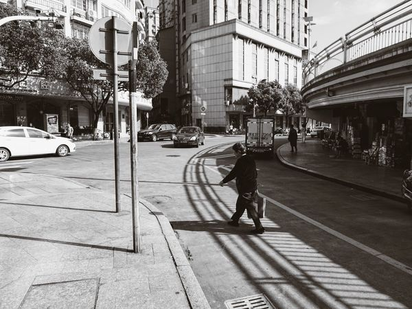 《时光 · 忙碌》By Sony a6000|拍自己想拍的 Street Monochrome EyeEm China Sony A6000 Sony China White Black & White Sonyphotography City Streetphotography Sunmmer Simple Photography Working People Shadow